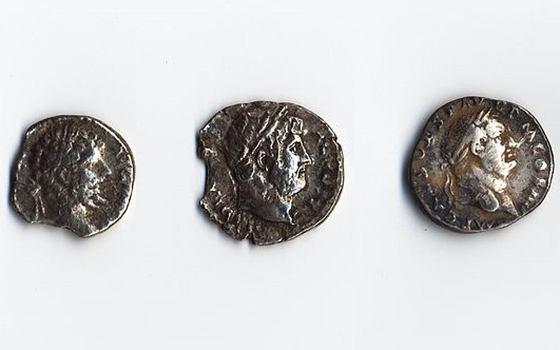 Denários de prata romanos com os rostos dos imperadores Vespasiano, Adriano e Cômodo