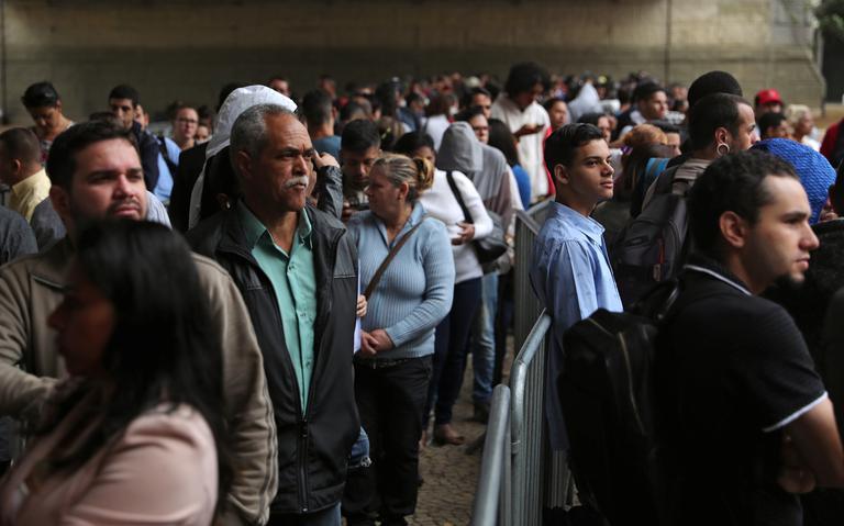 Pessoas em fila em feira de empregos no centro de São Paulo, em março de 2019