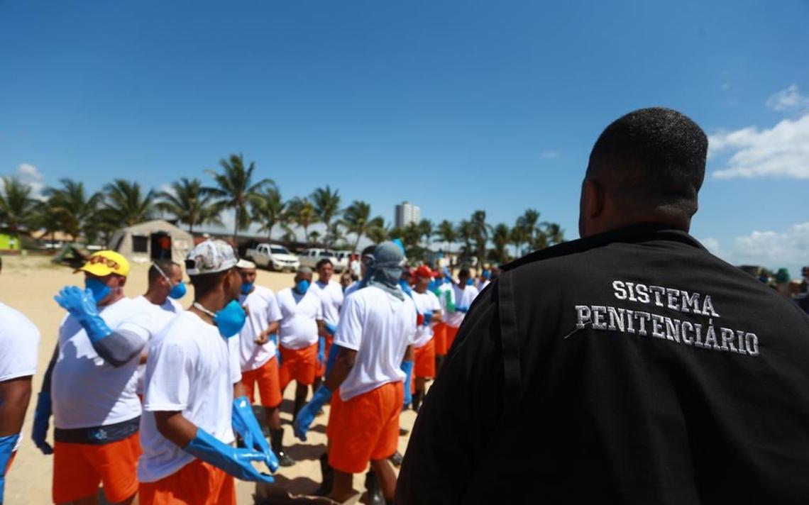 Detentos limpam praia de Barra de Jangada no litoral de Pernambuco