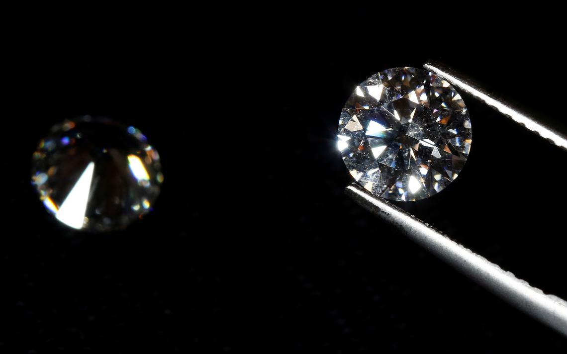 Pinça com diamante polido. O fundo é preto.