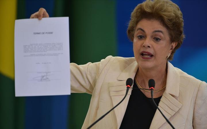 Dilma segura ata de posse assinada pelo ex-presidente Lula