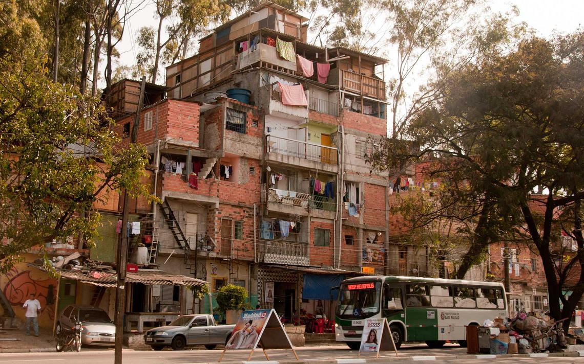 Construção com seis andares construídos a partir de lajes, em favela na cidade de São Paulo