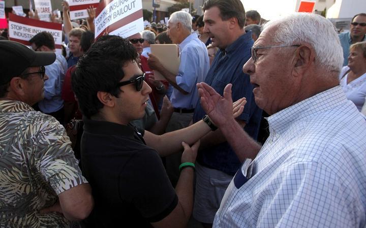 Em 2009, pessoas discutem em frente à prefeitura de Alhambra, na Califórnia, sobre a reforma na saúde pública