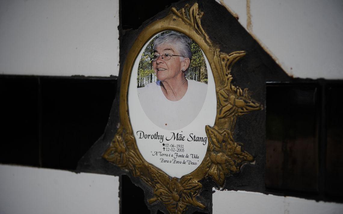 Imagem da cruz no túmulo de Dorothy Stang, em Anapu, no Pará, em 2015