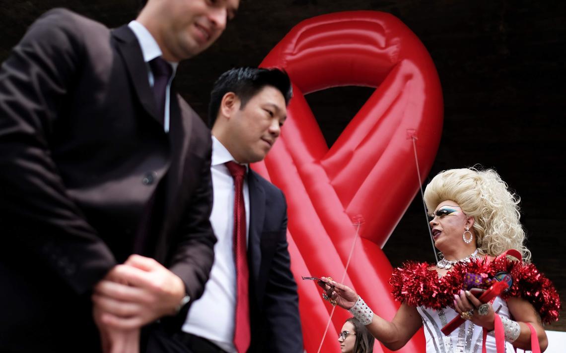 Drag queen distribui camisinhas em campanha contra HIV, em São Paulo, em 2017