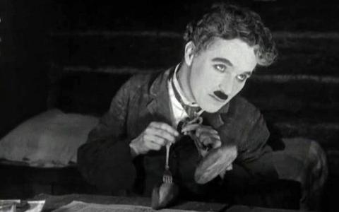 Duas versões de Charles Chaplin do filme Em Busca do Ouro
