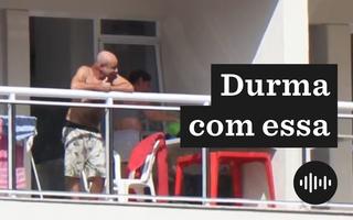 Imagem de Fabrício Queiroz, sem camisa, na sacada de um apartamento, onde cumpre prisão domiciliar. Na foto, há o logo do Durma com Essa, em preto e branco.