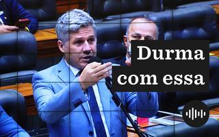 Deputado Paulo Teixeira discursa. Ele é visto por um telão