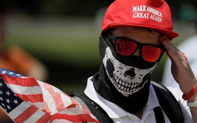 Manifestante que se identifica como 'nacionalista branco' participa de protesto por liberdade de expressão em Washington