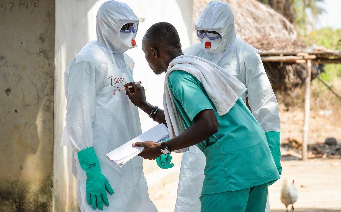 Médicos vestem roupas de proteção antes de visitar áreas contaminadas por ebola no oeste da África