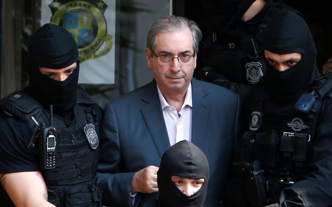 Eduardo Cunha é escoltado por policiais federais em Curitiba