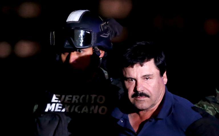 El Chapo ao lado de soldado.