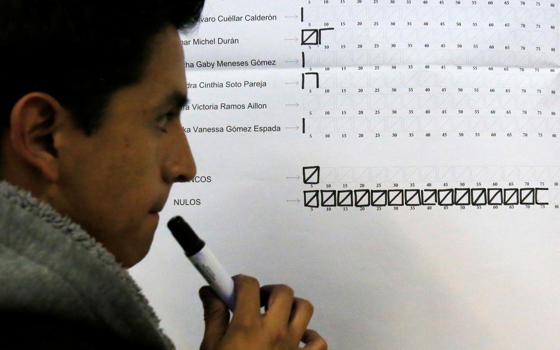 Membro do comitê eleitoral conta votos na escolha direta de juízes da Bolívia