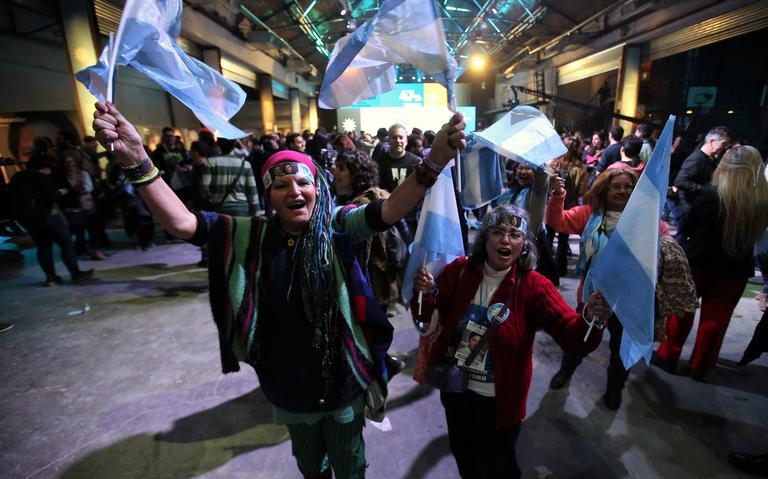 Eleitores comemoram vitória de candidato após primárias argentinas