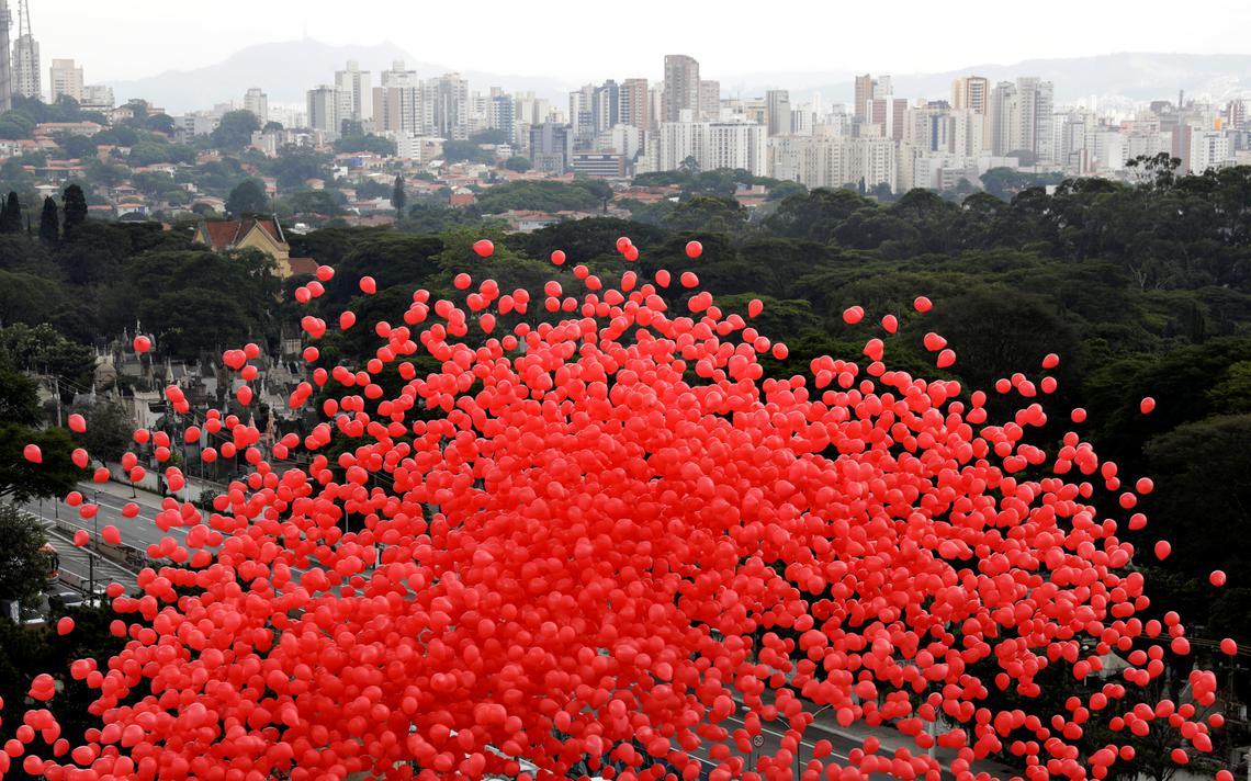 O Instituto Emílio Ribas, de São Paulo, soltou balões vermelhos no Dia Mundial de Luta contra a Aids, 1 de dezembro de 2017