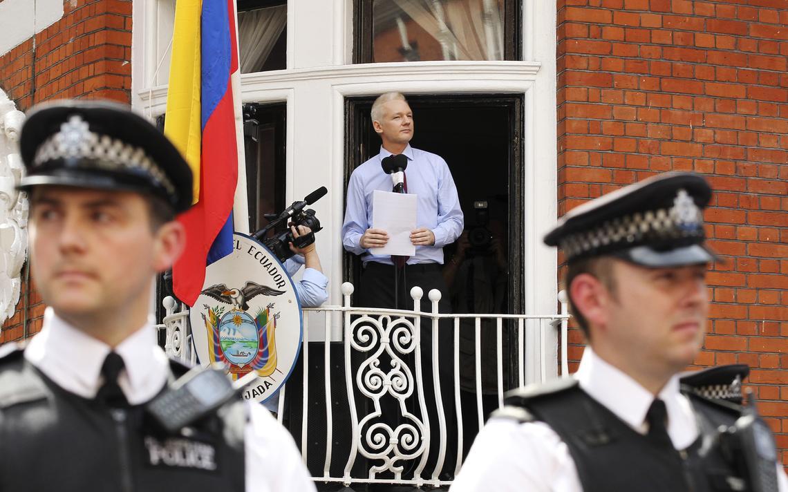 Assange na janela da embaixada