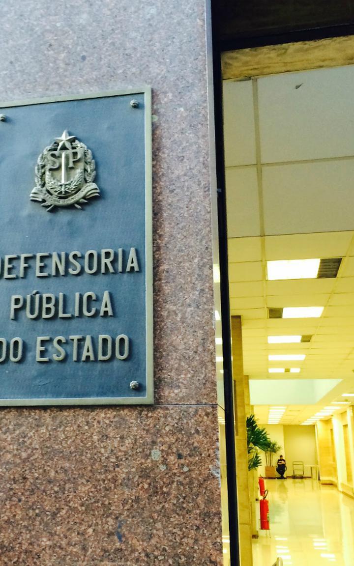 Placa na entrada da Defensoria Pública de São Paulo