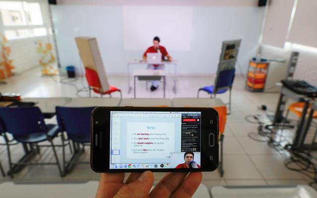 Professor de inglês do Colégio Israelita Brasileiro, em Porto Alegre, dá aulas pela internet aos alunos