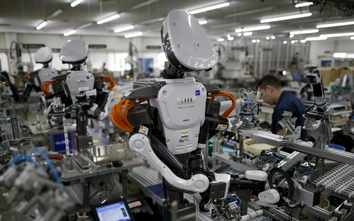 Fábrica no Japão tem robôs e humanos lado a lado na sua linha de montagem