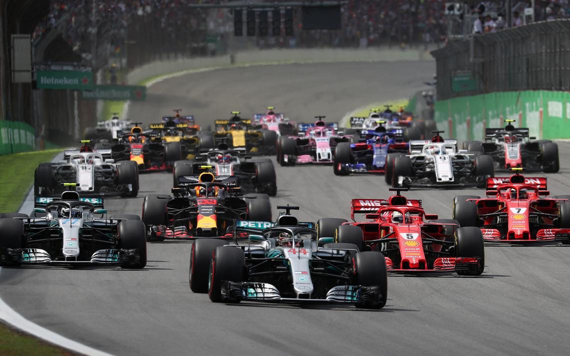 Os carros largam no Grande Prêmio do Brasil de 2018. O primeiro da foto é Lewis Hamilton, da Mercedes. Atrás, o restante dos carros, a pista e as arquibancadas