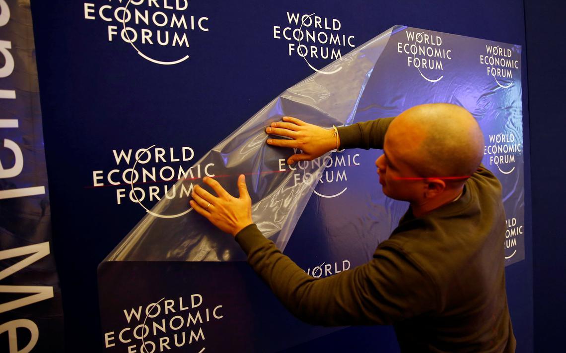 Funcionário trabalha antes do início da reunião anual do Fórum Econômico Mundial