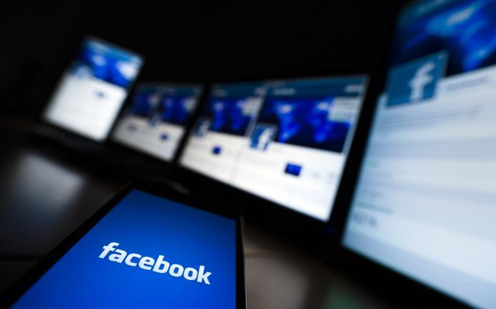 Telas de diversos dispositivos logados no Facebook.