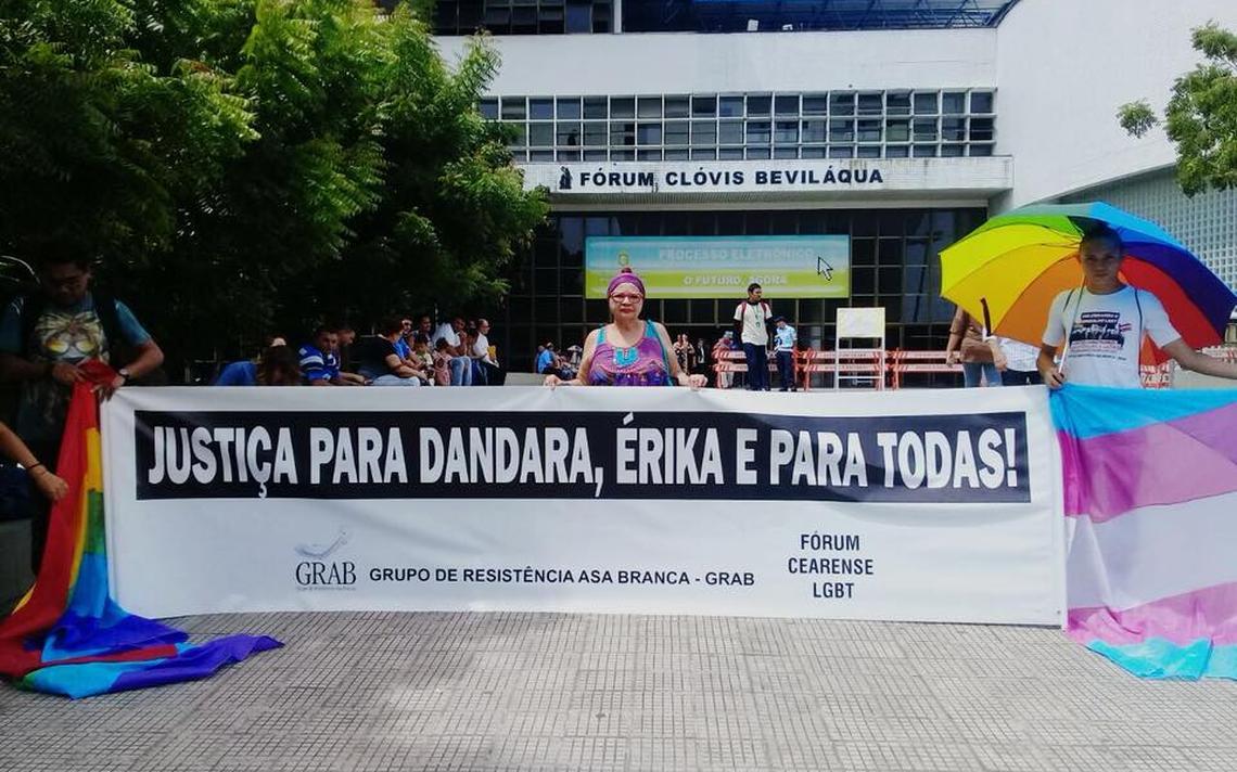 Faixa pede justiça para Dandara e outras trans assassinadas em frente ao Fórum Clóvis Beviláqua, Fortaleza