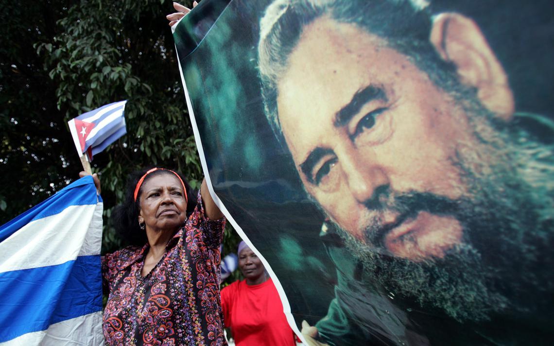Cubana segura cartaz com foto de Fidel durante ato em Havana