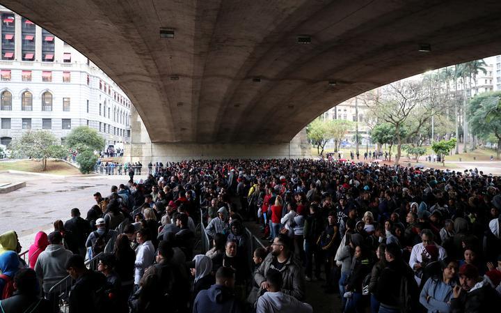 Fila de trabalhadores em busca de emprego em São Paulo