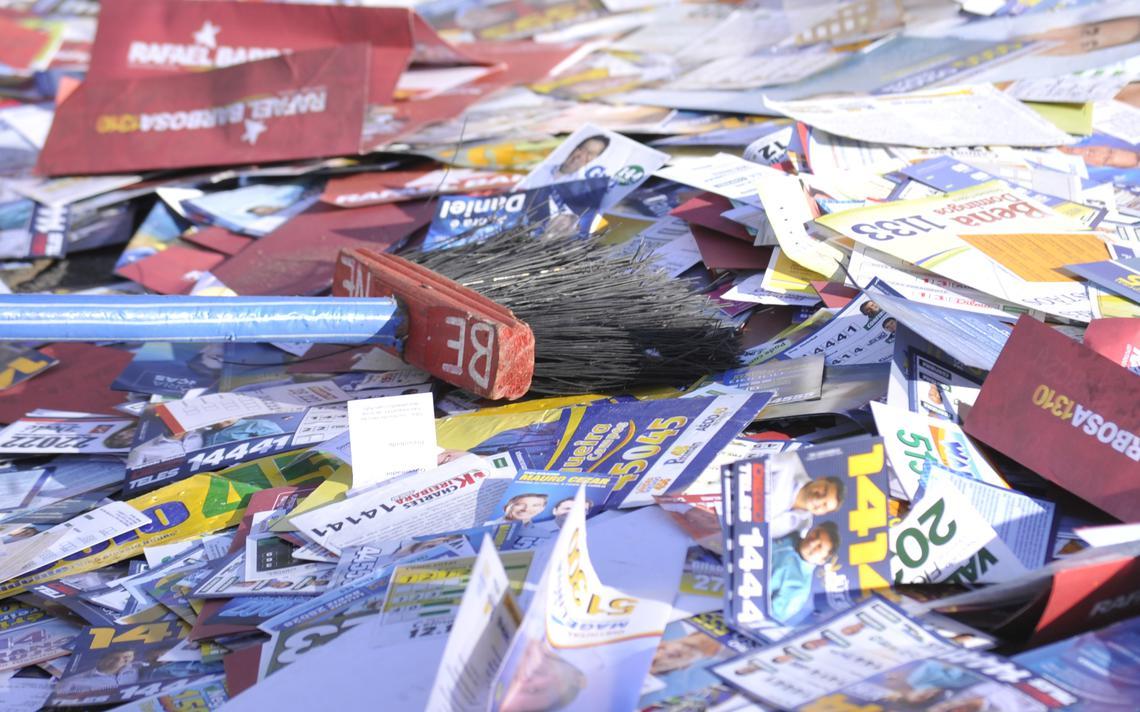Folhetos de propaganda eleitoral espalhados na rua
