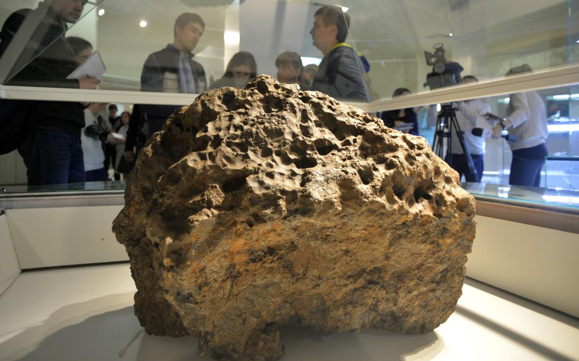 Fragmento de meteorito que caiu na Rússia em 2013