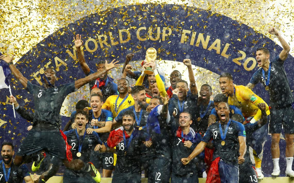 Jogadores franceses erguem a taça após vitória na final da Copa do Mundo 2018