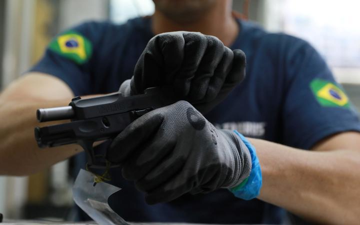 Funcionário da fabricante de armas Taurus trabalha em São Leopoldo (SP)