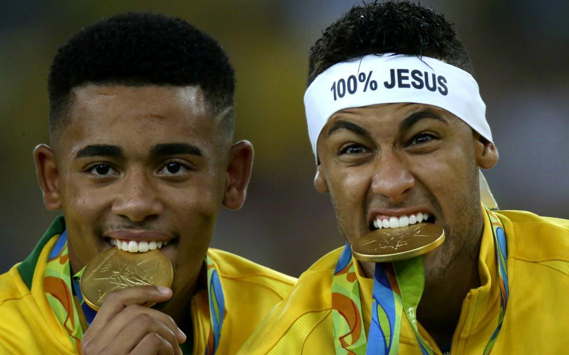 Gabriel Jesus e Neymar nas Olimpíadas do Rio, em 2016, com suas medalhas de ouro
