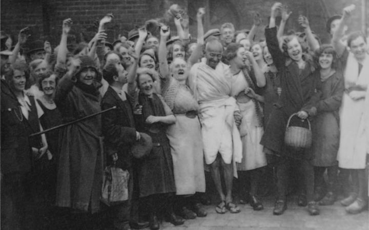 Mahatma Gandhi com trabalhadores da indústria têxtil em Darwen, Lancashire, na Inglaterra (1931)