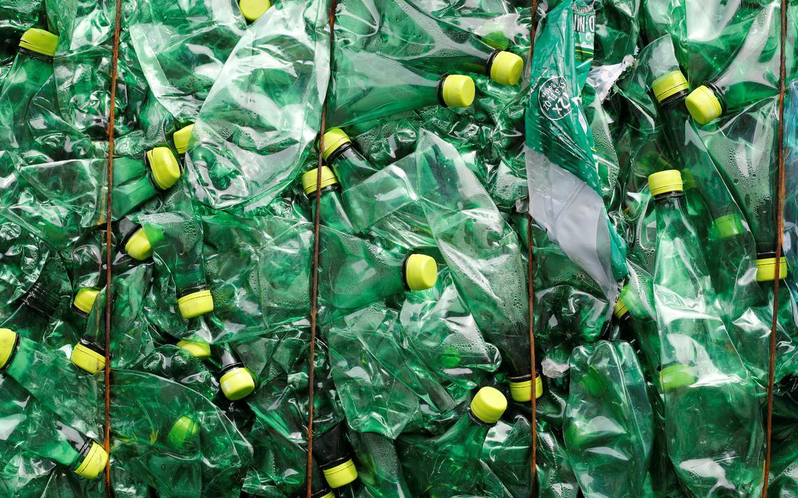 Garrafas PET armazenadas em empresa de reciclagem na Suíça
