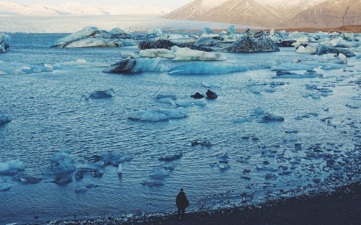 Gelo em derretimento em Jökulsárlón, lago glacial da Islândia