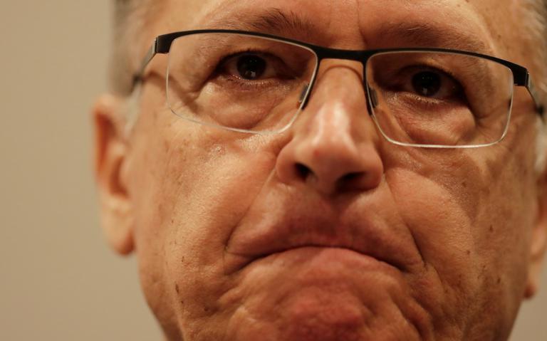 Close no rosto de Alckmin.