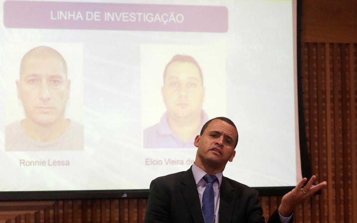 Giniton Lages, primeiro responsável pelo caso Marielle, gesticula em fala à imprensa após a morte de suspeitos pelo caso