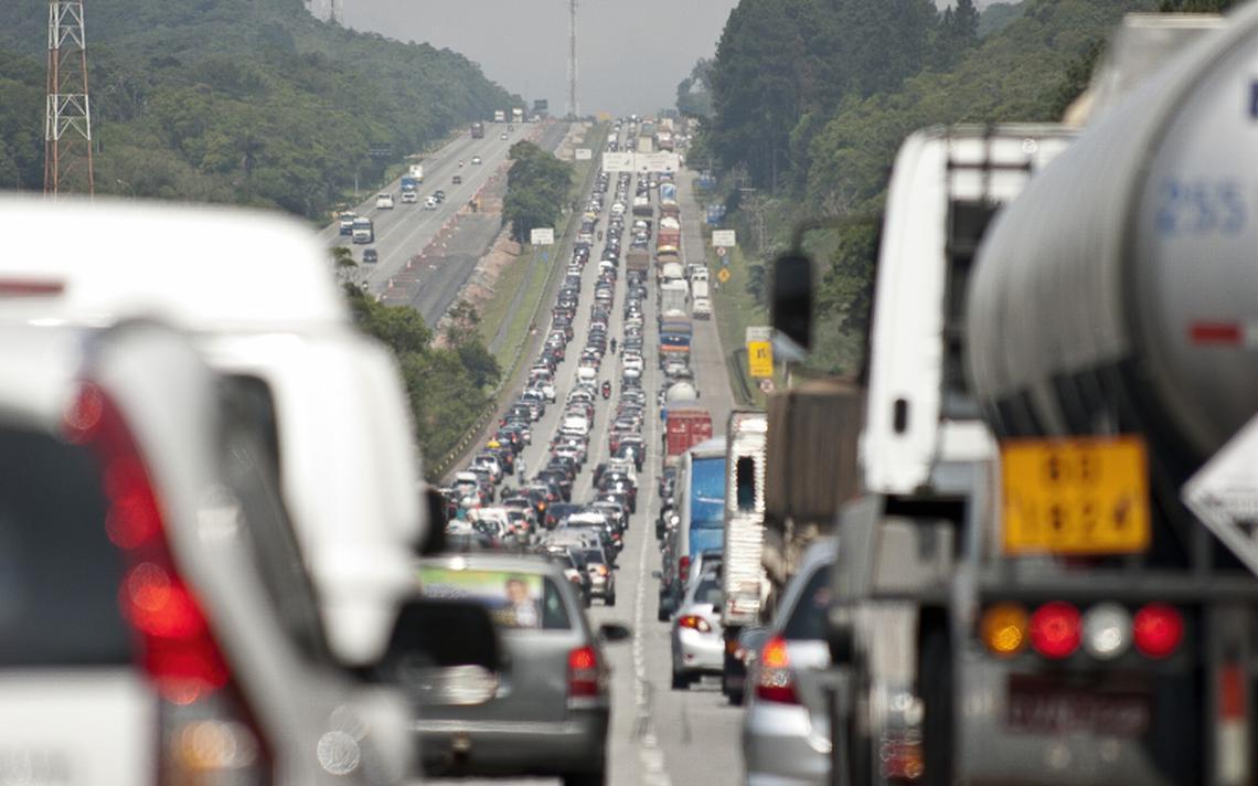 Trânsito na saída de São Paulo através da Via Imigrantes. Google deve testar serviço que incentivaria divisão de carros