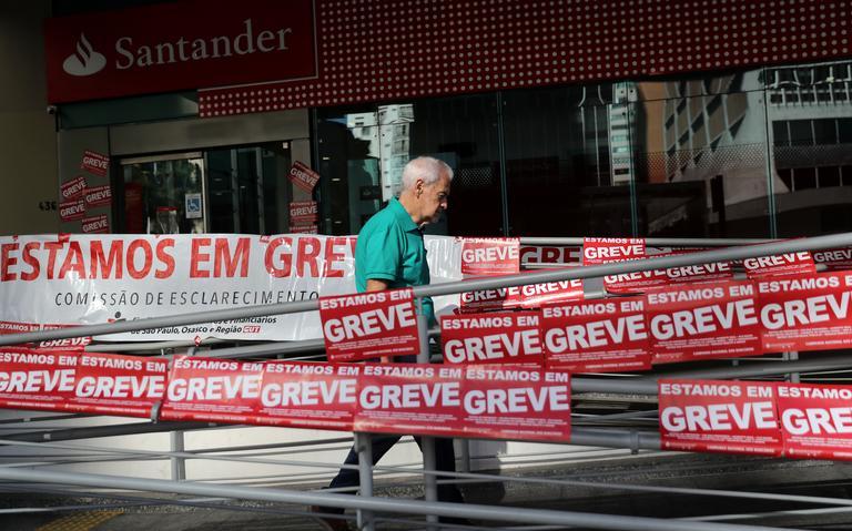 Cartazes anunciam a greve geral de 14 de junho em um banco de São Paulo