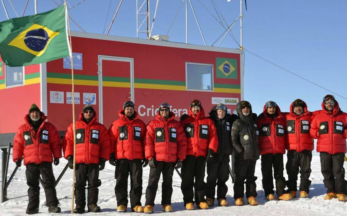 Grupo de cientistas brasileiros durante inauguração de estação Criosfera 1 em 2012