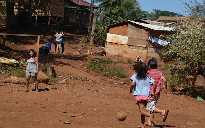 Guarani-Mbyia correm atrás de bola no Jaraguá, na zona oeste de São Paulo, em 2017