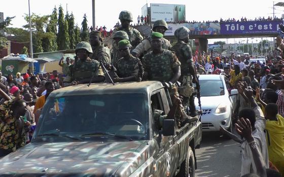Forças militares tomam poder na Guiné e detêm presidente