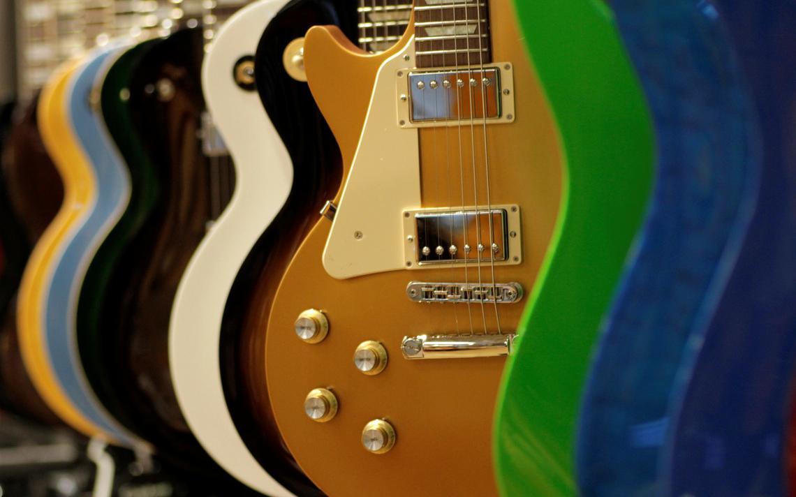 Guitarras dispostas em loja em Singapura