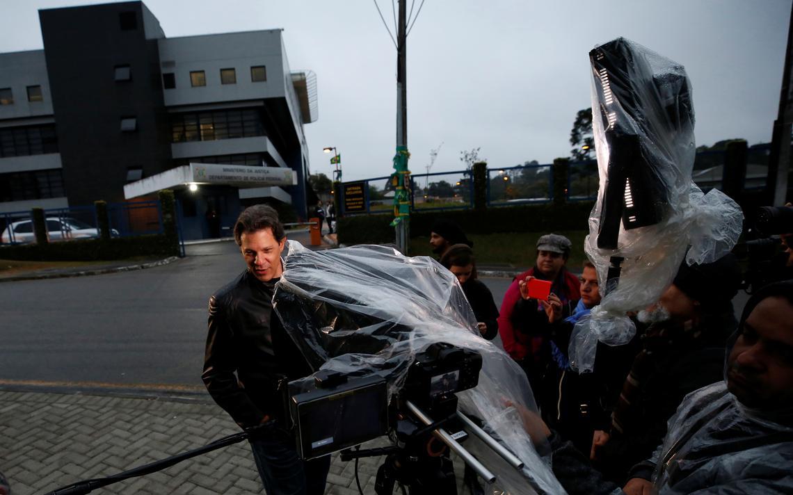 Haddad em frente à sede da Polícia Federal em Curitiba, onde Lula está preso