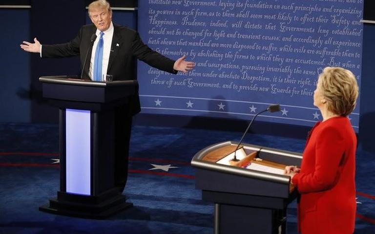 Donald Trump e Hillary Clinton conversam durante primeiro debate entre candidatos à presidência.