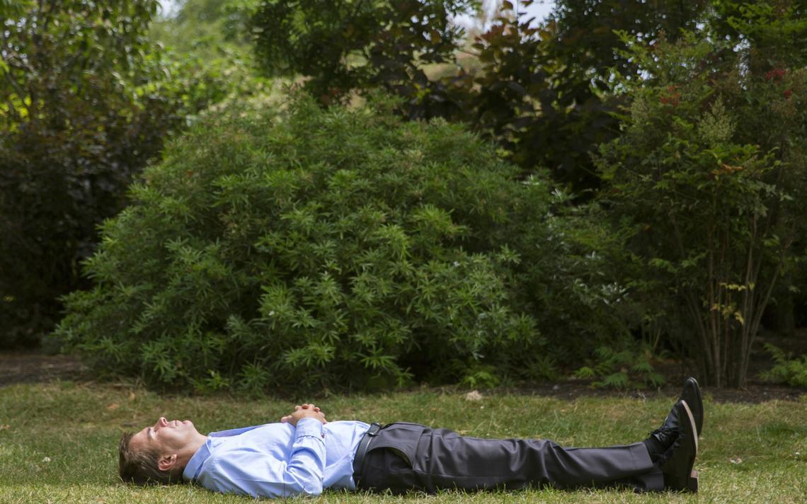 Homem descansa em parque na cidade de Londres
