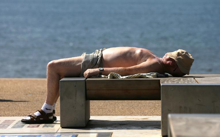Homem descansa sob o sol