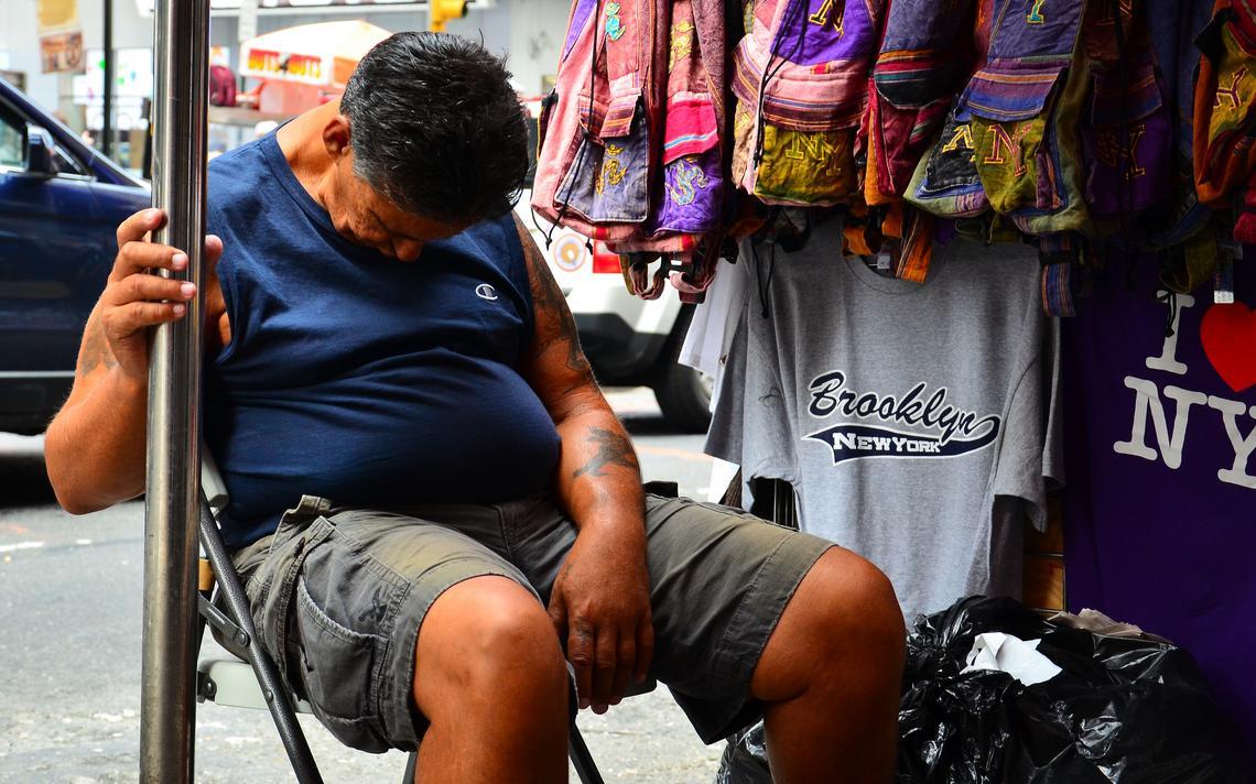Homem dorme enquanto cuida de loja
